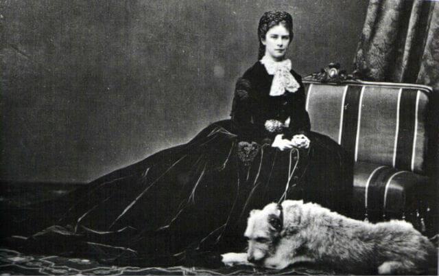 Foto von Kaiserin Elisabeth von Österreich mit Hund